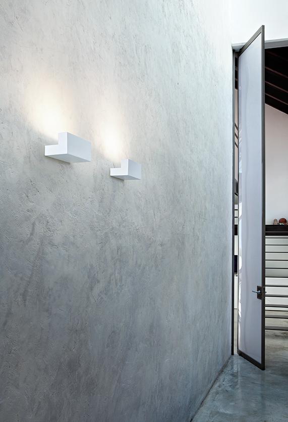 https://cdn.flos.com/wp-content/uploads/2017/10/long-light-ceiling-wall-lissoni-flos-F00100-product-life-02-571x835.jpg